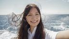 """宮崎あおいの""""セルフィー""""が美しすぎる オリンパス新CM「私の写真は、私の今だ。 海に着く」編"""