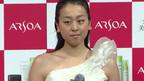 """浅田真央選手、""""右肩出し""""の白いドレスで登場!「アルソア美肌ライン」新広告ビジュアル発表会1"""