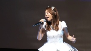 May J.、プリンセス風ドレスでディズニーコラボ曲披露